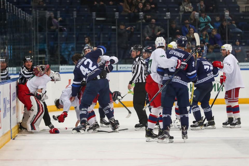 После финальной сирены хоккеисты устроили драку. Фото: hcdinamo.by