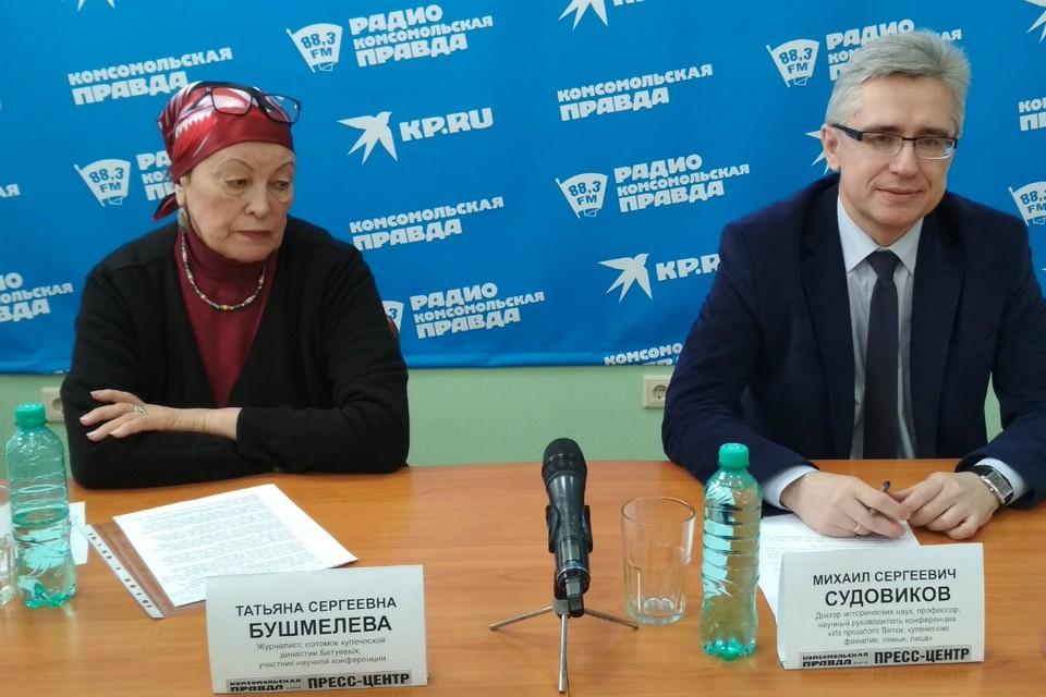 Журналист Татьяна Бушмелева и доктор исторических наук Михаил Судовиков в пресс-центре «Комсомольской правды»