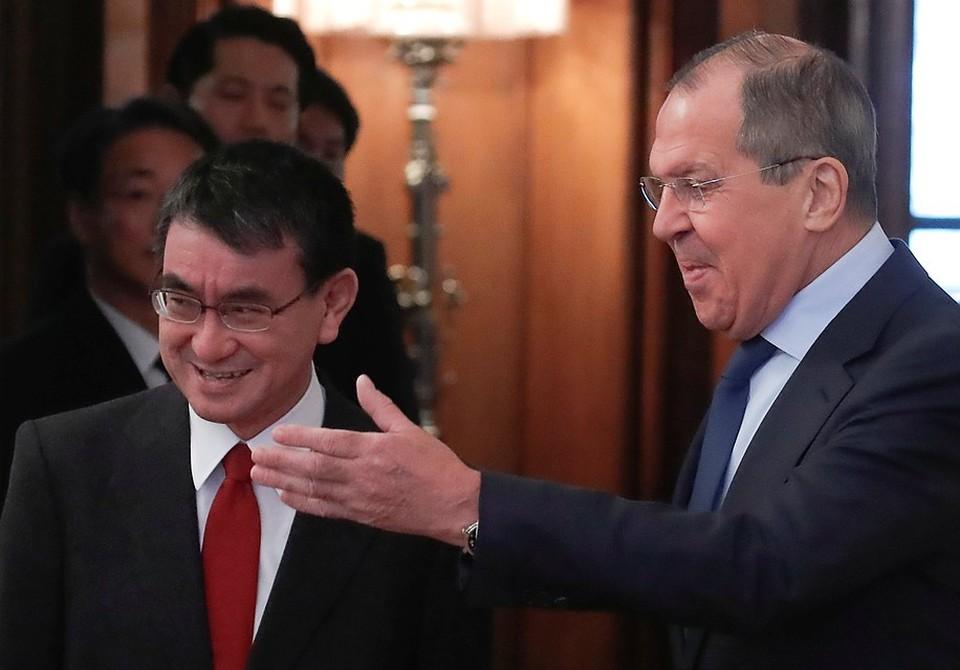 Глава МИД Японии Таро Коно (слева) и министр иностранных дел России Сергей Лавров на встрече в Мюнхене