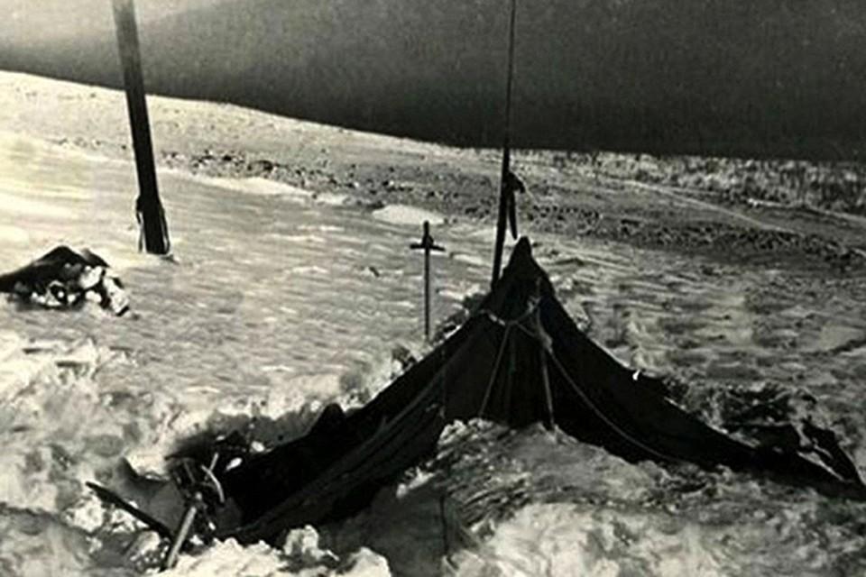 Палатка, покинутая туристами группы Дятлова. В таком виде ее нашли.