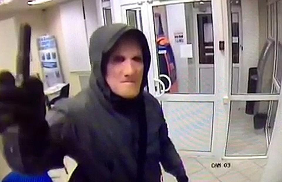 В лице за маской сотрудники банка узнали организатора банды - Виктора Самсонова