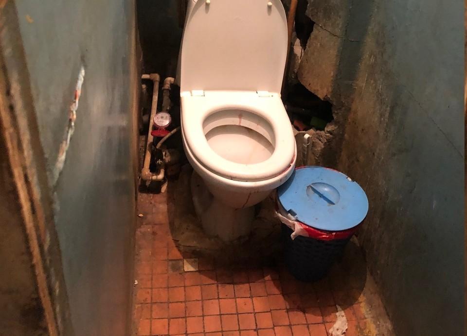 Когда начались схватки, женщина зашла в туалет и быстро родила мальчика. Фото: Московский МСО Рязани СУ СК России по Рязанской области.