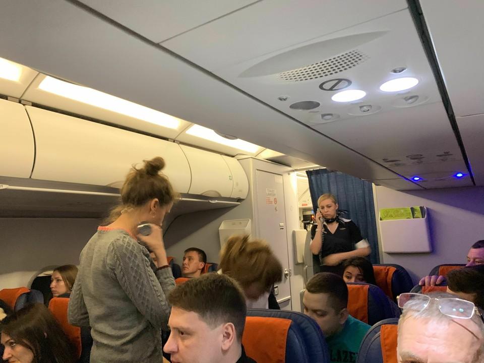 Одному из пассажиров стало плохо через 20 минут после взлета. Фото Николая Чумакова.