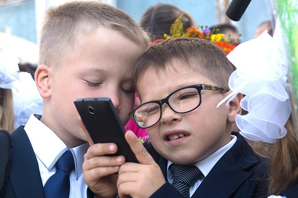 Школьники на линейке 1 сентября.