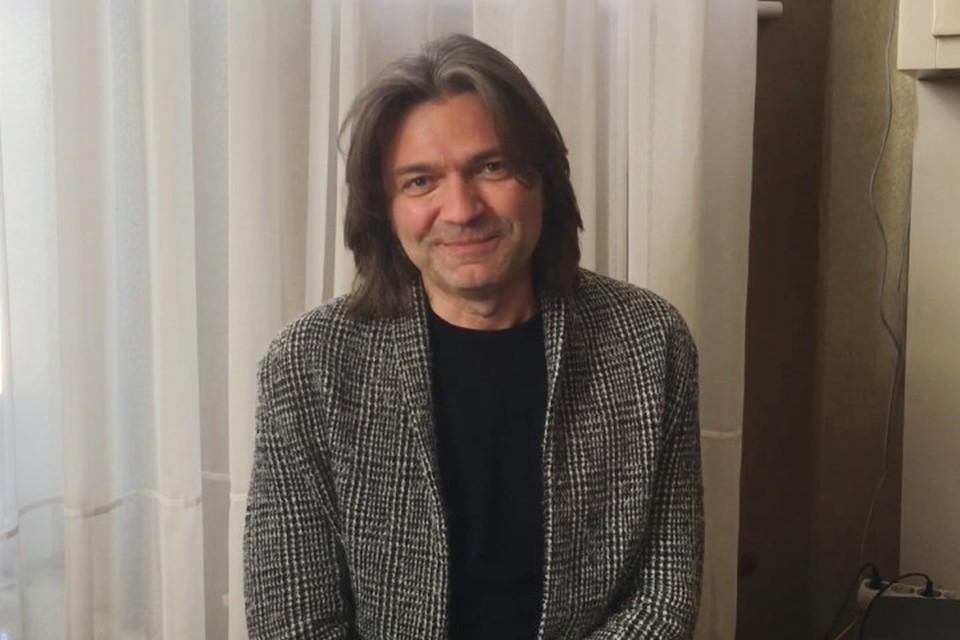 Дмитрий Маликов проведет мастер-классы для юных кузбассовцев. Фото: кадр видео Совета по вопросам попечительства в социальной сфере Кемеровской области.