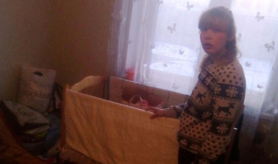 Алена дома приготовила кроватку для своей малышки.