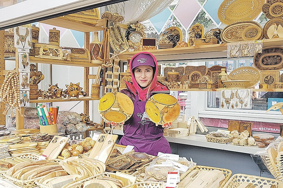 Площадь Революции превратилась в огромный рынок со всевозможными вкусными и домашними товарами из Крыма. Фото: Валентина ПРОКОФЬЕВА