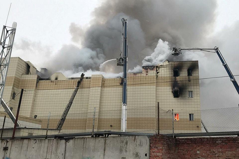 """25 марта 2018 года. Пожар в торговом центре """"Зимняя вишня"""" в Кемерове унес жизни 60 человек"""