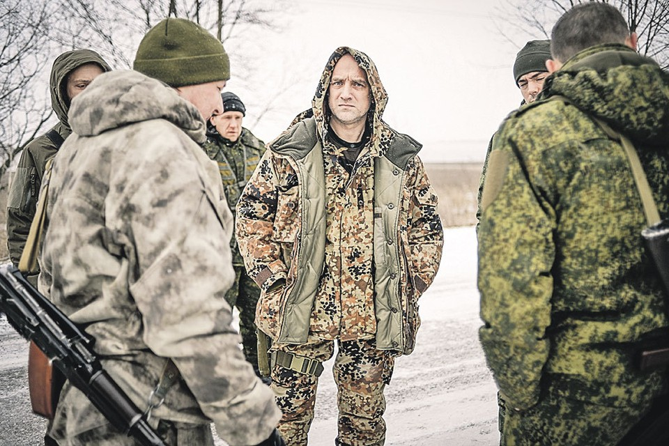Захара Прилепина (в центре) знали в Донбассе не как писателя, а как боевого офицера, заместителя командира батальона армии ДНР.