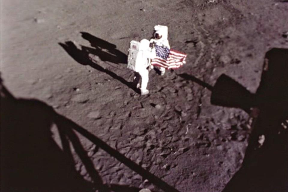 Армстронг и Олдрин устанавливают первый флаг на Луне. Снимает автоматическая камера с посадочного модуля.