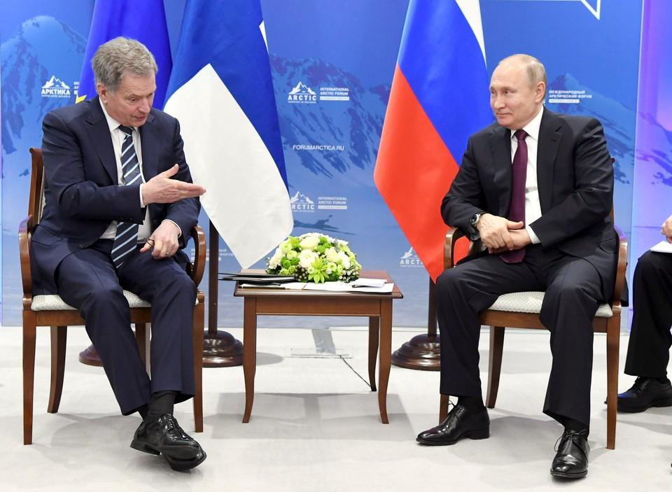 Владимир Путин и Саули Ниинисте во время беседы на полях Арктического форума в Санкт-Петербурге.