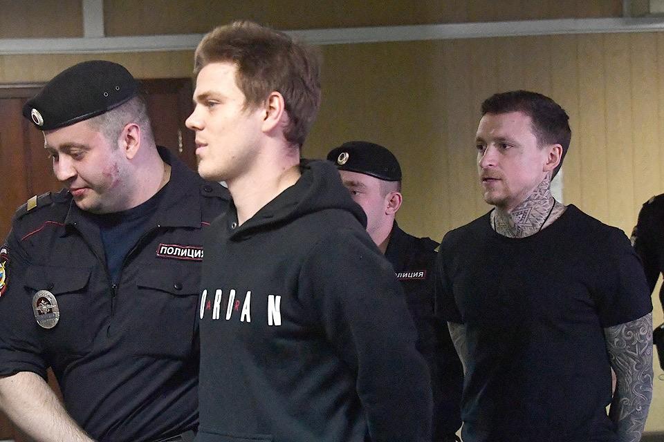 Александр Кокорин и Павел Мамаев перед началом судебного заседания.