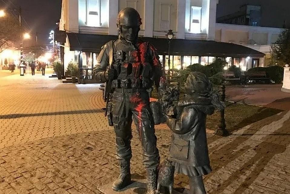 """Вандал облил памятник краской 27 января. Фото: """"Вести Крым"""""""