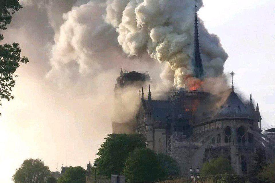 По предварительным данным, очаг возгорания находился на одном из верхних этажей собора, где проходили ремонтные работы