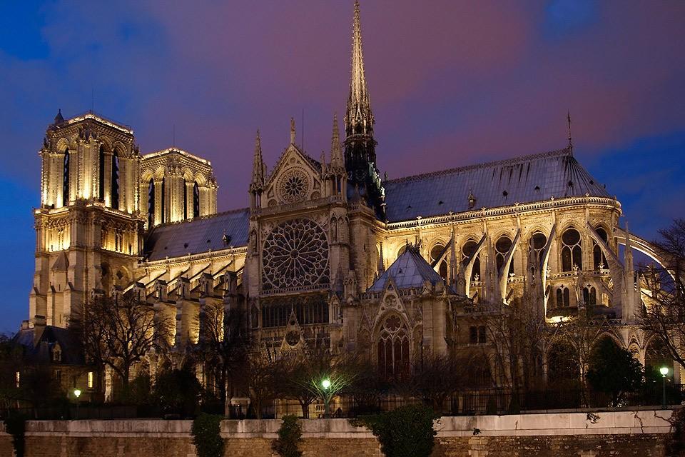 Самый известный собор Франции в вечернем освещении, 2018 год.