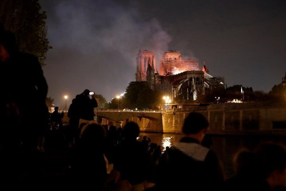 Собор Парижской Богоматери тушили более 400 пожарных