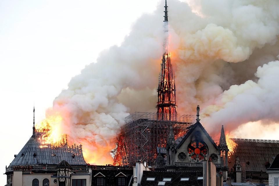 Пламя уничтожило две трети крыши, внутренне убранство, шпиль, знаменитые часы