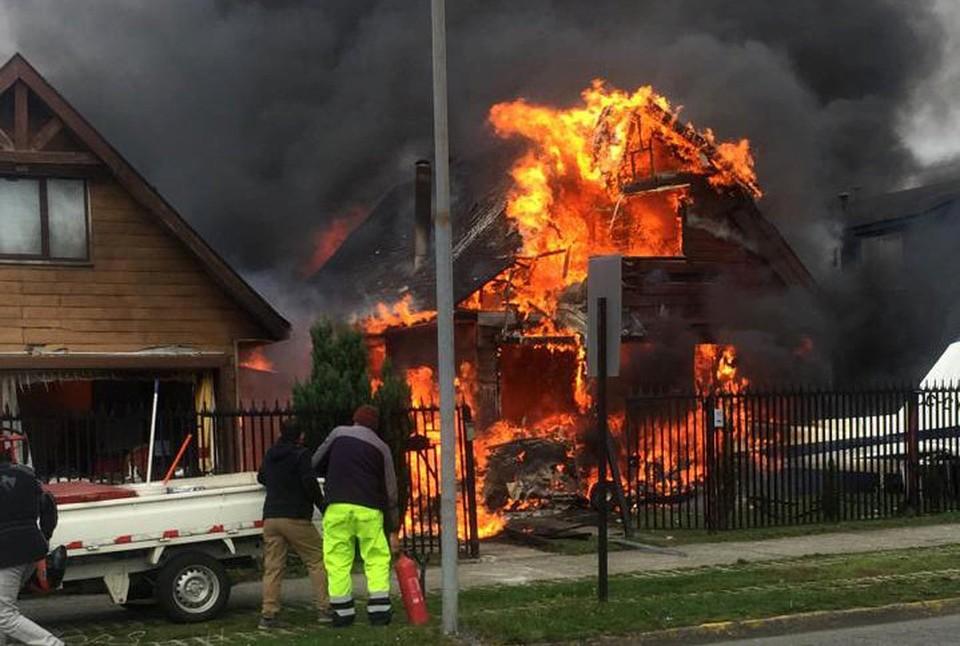 В Чили небольшой самолет упал на жилой дом