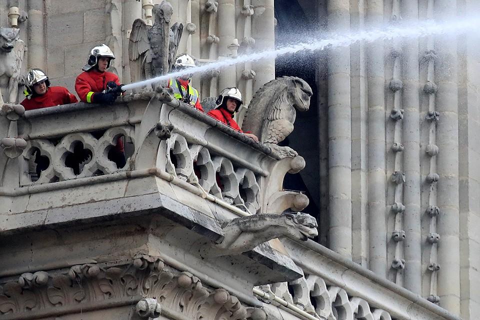 Утро 16 апреля, работа пожарных на месте возгорания в Нотр-Дам-де-Пари.