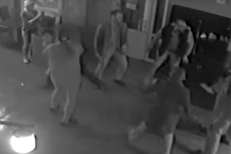 Когда мужчина отказался танцевать лезгинку, того же стали требовать от его супруги. Фото: кадр видео