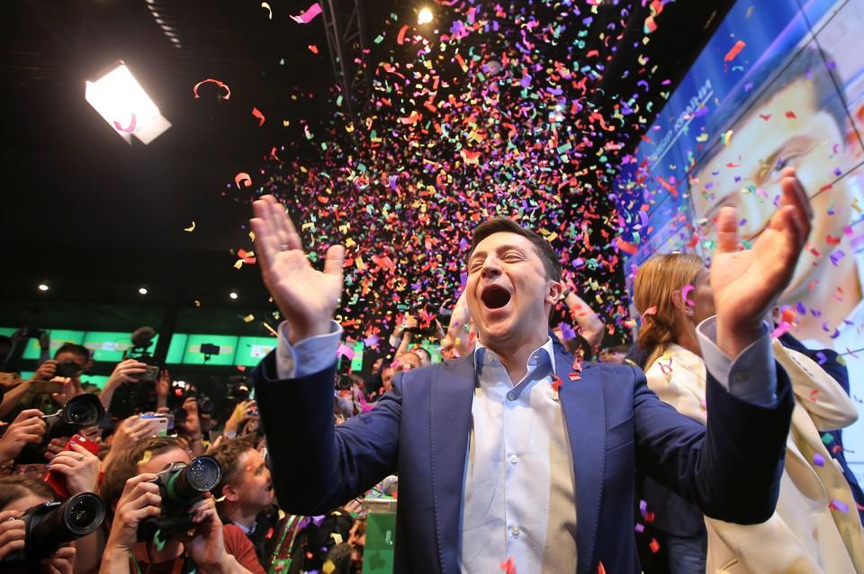Владимир Зеленский празднует победу.
