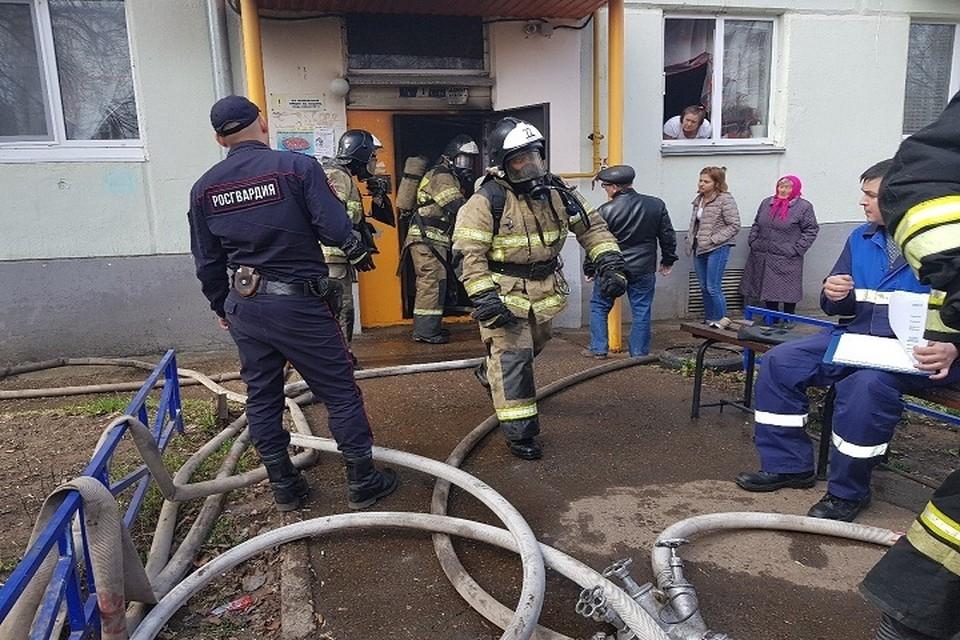 Росгвардейцы помогли пожарным во время тушения огня