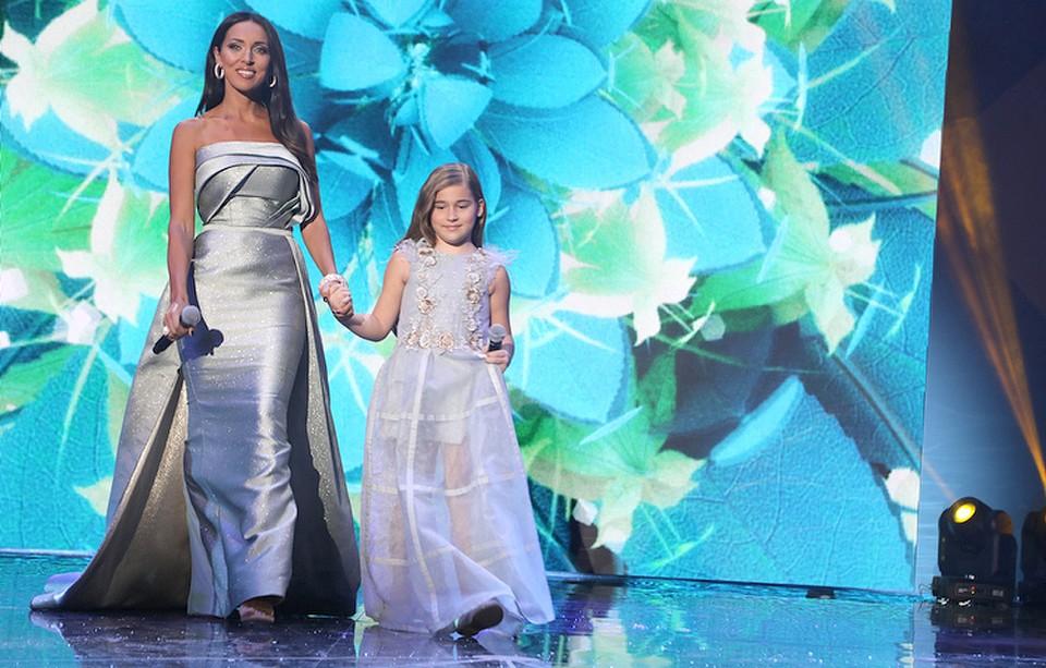 Алсу с дочкой на сцене.