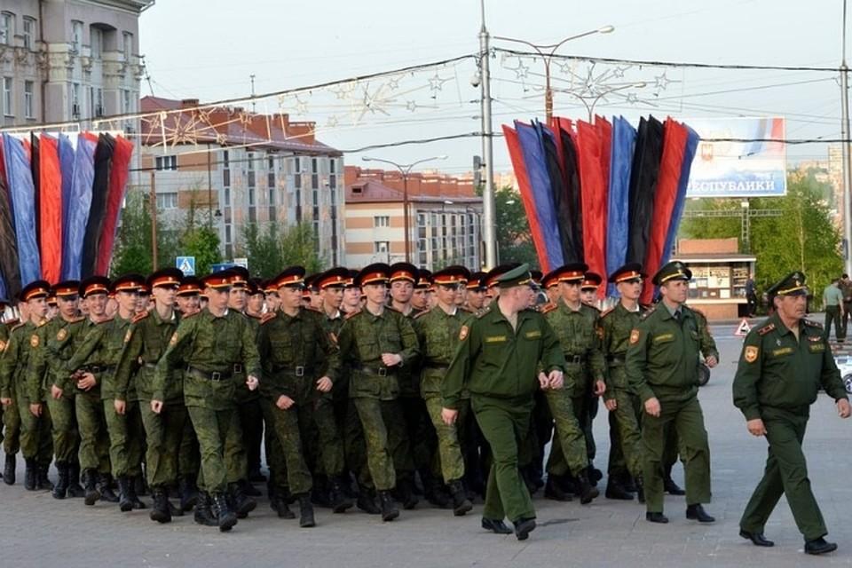 Во главе парадных расчетов продут члены патриотического движения «Молодая гвардия». Фото: gorlovka.today