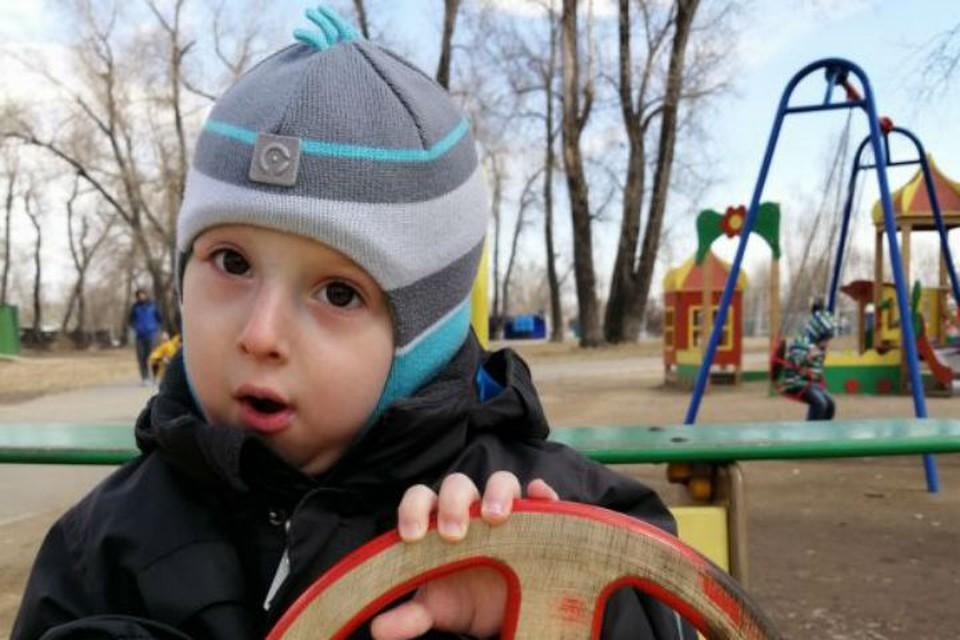 Из-за редчайшей болезни мальчик из Красноярска превращается в каменного. Фото: Добро24.ру.