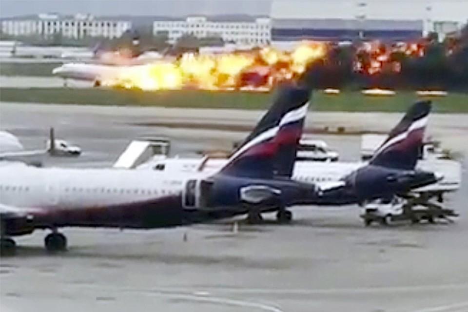 Ужасное в этом видео, что наблюдающие за посадкой высмеяли ужасную трагедию. Их комментарии были кощунственны