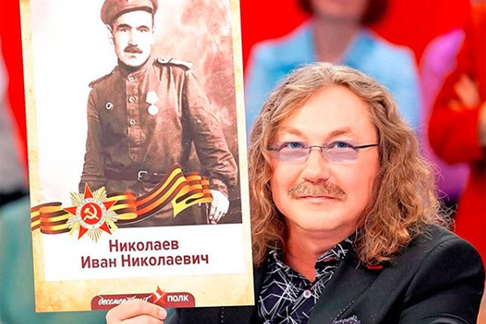 Игорь Николаев с портретом деда-фронтовика. Фото: Личный архив