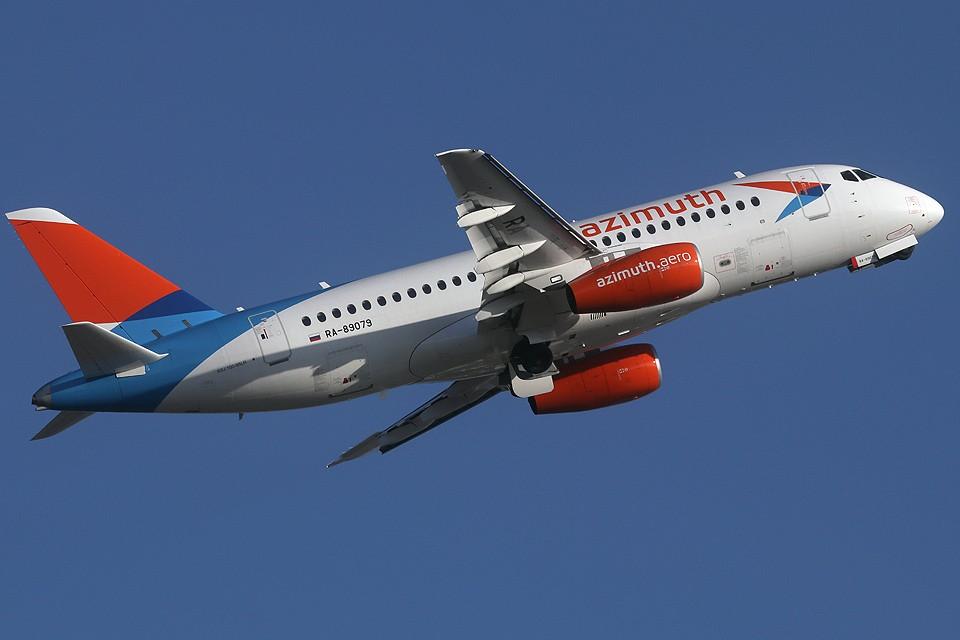 """Самолет """"Sukhoi Superjet"""" авиакомпании """"Азимут""""."""