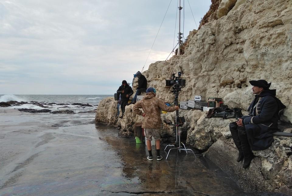 Актеры и операторы ждут погоду у моря. Фото: Стас Тарханов/VK