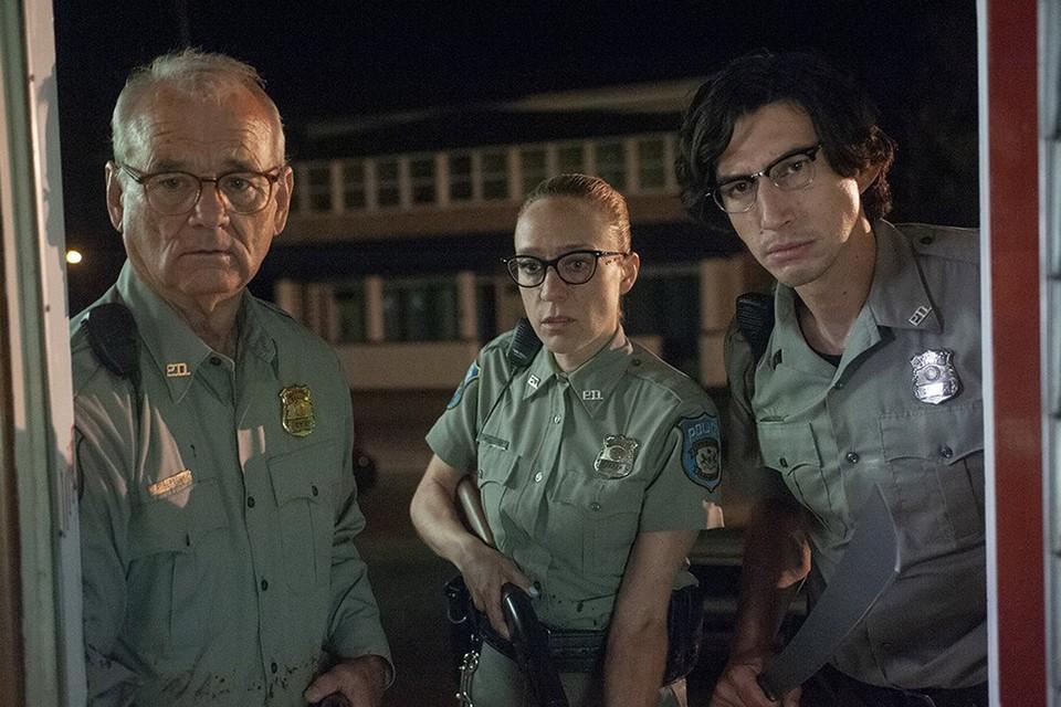 По сюжету полицейские пытаются спасти городок от нашествия зомби