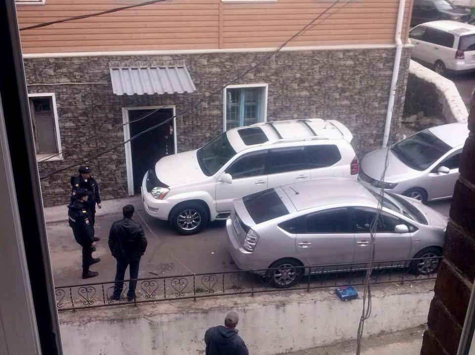 Водитель внедорожника заблокировал вход в подъезд