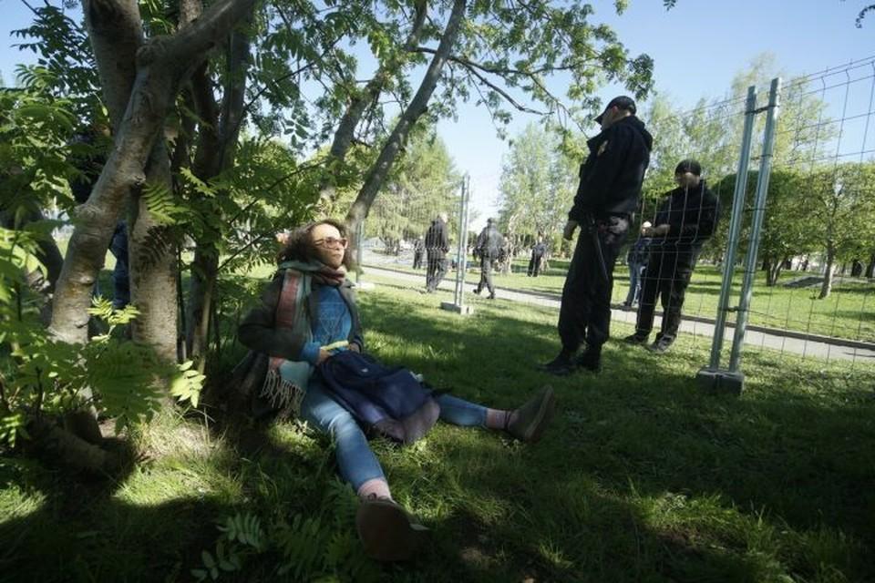 Посреди дня девушка приковала себя к одному из деревьев рядом с ограждением стройплощадки.