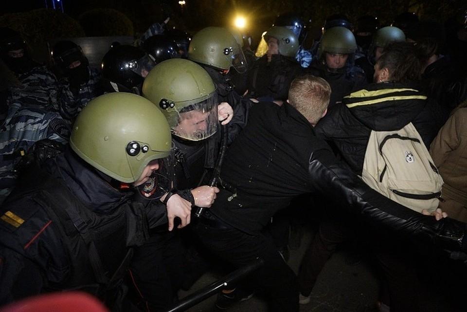 В Екатеринбурге горожане приходят к скверу возле Драмтеатра, чтобы выразить свое недовольства по отношению к строительству храма на Октябрьской площади