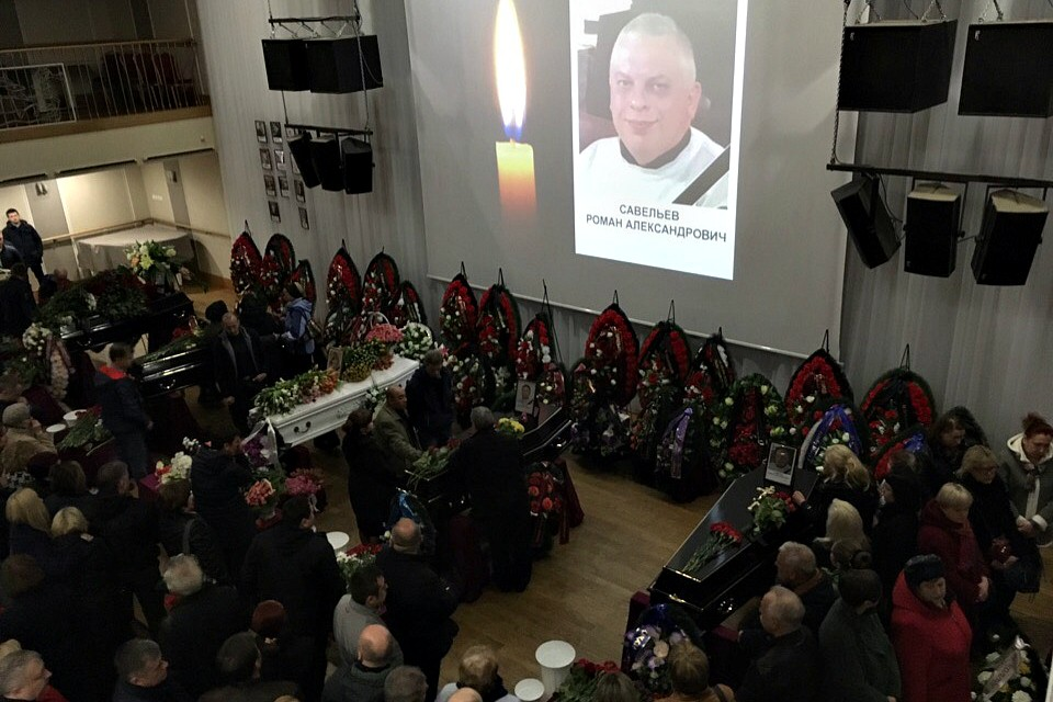 Фотографии погибших при возгорании самолета SSJ-100 в «Шереметьево» выводились в зале на большой экран, на балконе в это время играл оркестр.