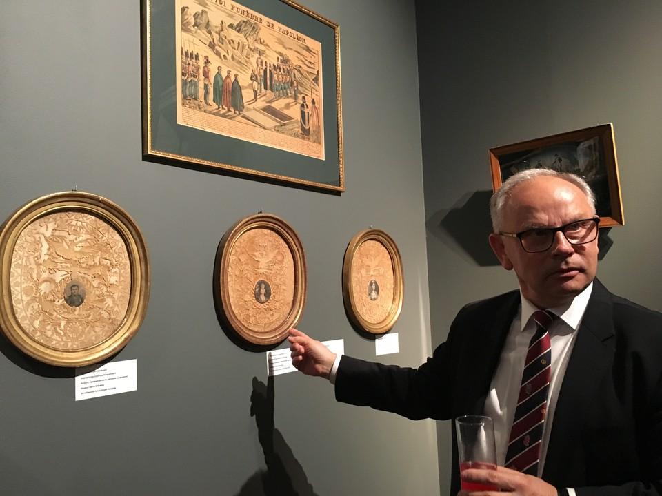 Александр Вихров рассказывает об экспонатах своей коллекции. Фото автора.