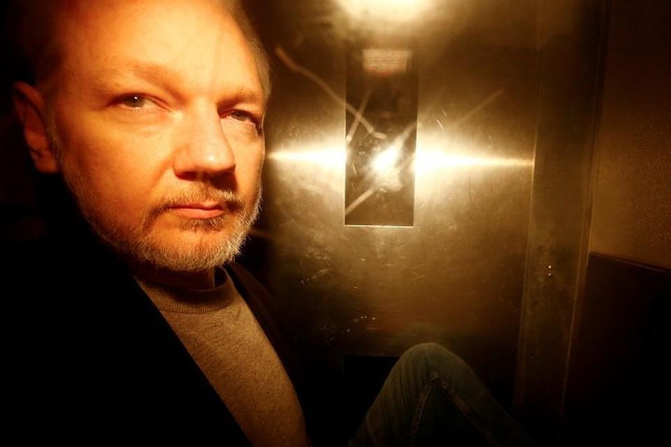 Джулиана Ассанжа в Британии приговорили к 50 неделям заключения за нарушение условий выхода под залог