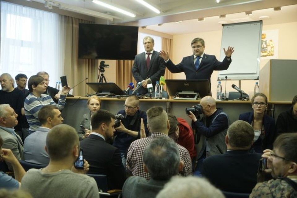 Председатель городской избирательной комиссии Илья Захаров в начале встречи объяснял участникам, чем отличается опрос от референдума.