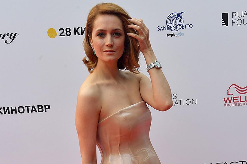 Виктория Исакова Засветила Грудь – Родина (2020)