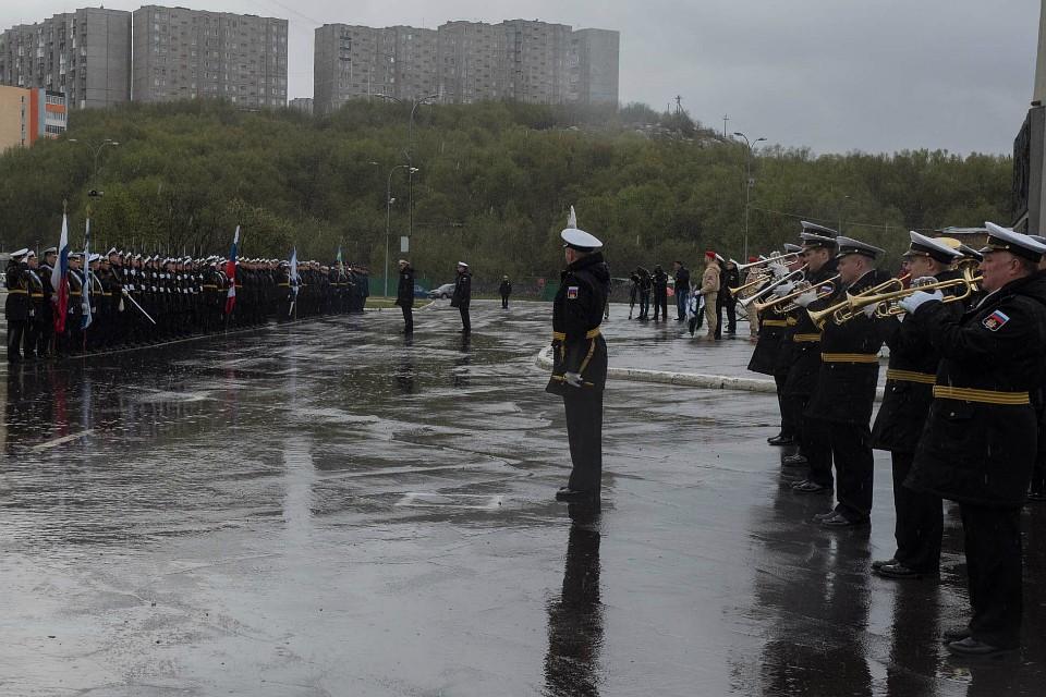 Торжественные мероприятия проходили под проливным дождем. Фото: Северный флот.