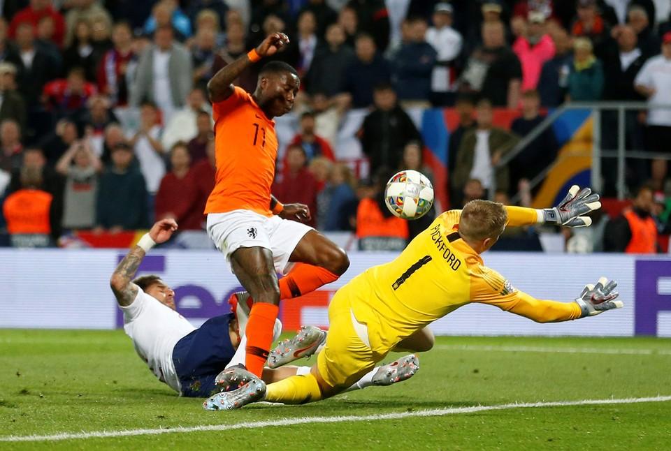 Кайл Уокер забивает гол в свои ворота и Нидерланды получают второе очко.