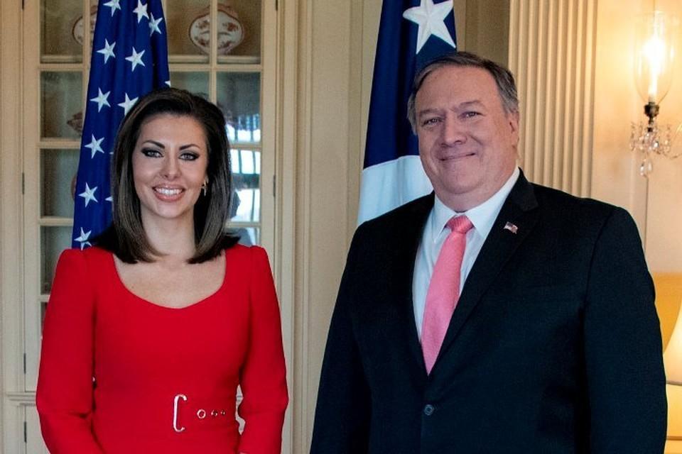 Руководитель пресс-службы госдепартамента США Морган Ортэгус с госсекретарем Майклом Помпео