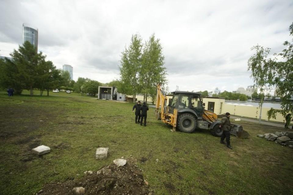 В начале мая в сквере появился забор и строительная техника, но после протестов их оттуда убрали.