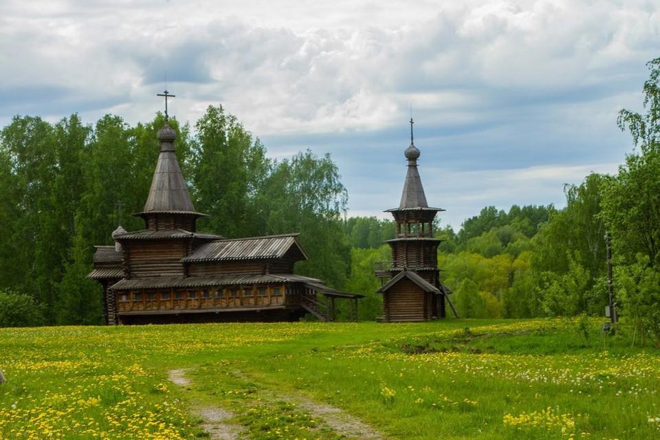 Сейчас памятник деревянного зодчества стоит в Советском районе города Новосибирска. Фото: Михаил ДОКУКИН.