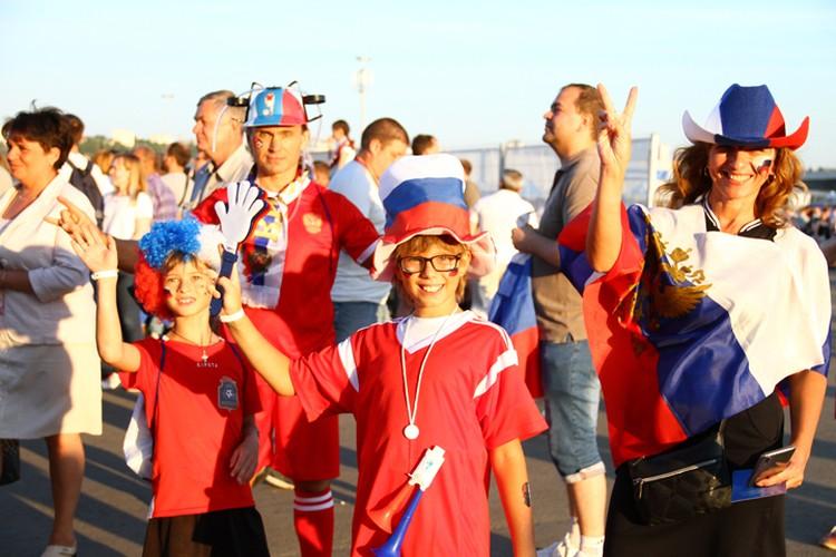 Болельщики стали приходить к стадиону задолго до начала матча.