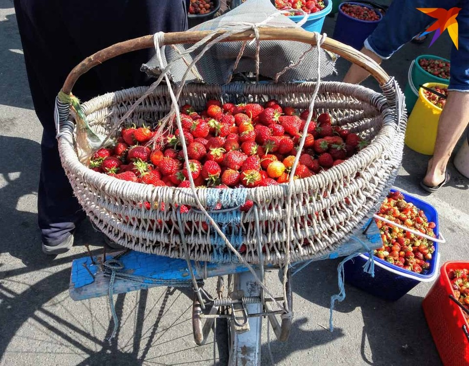 Клубники слишком много, цена на нее упала, но люди хотят заработать на ягоде.