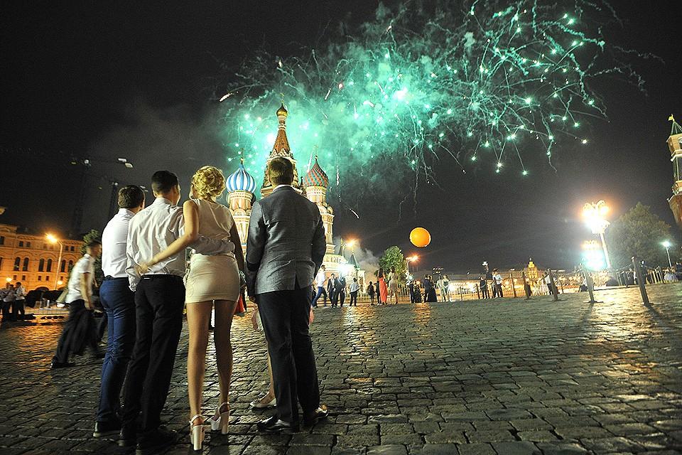 Салют в честь выпускников на Красной площади в Москве.